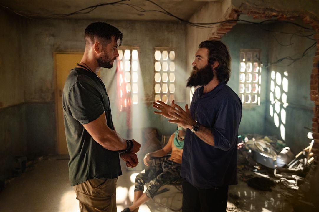 Chris Hemsworth e Sam Hargrave conversam em set de filmagens