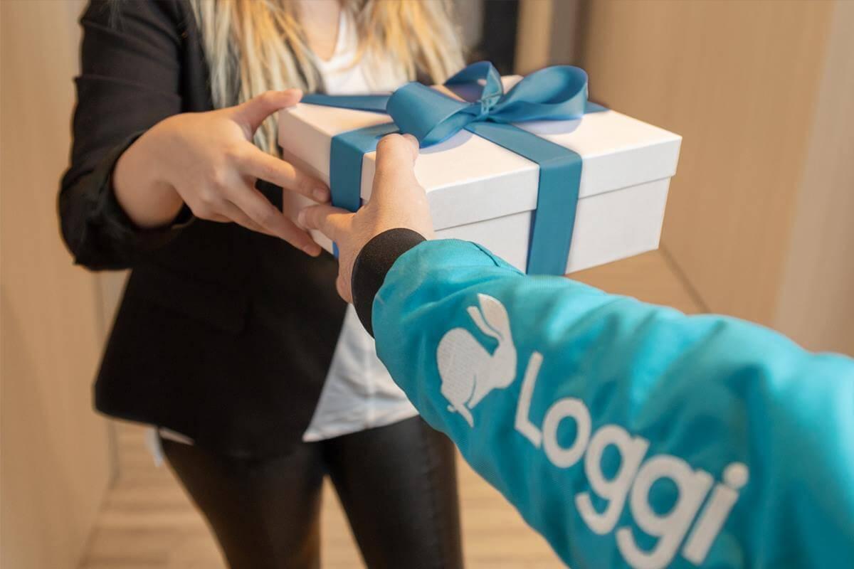 Uber Flash, Loggi e Rappi Qual a melhor opção para envio de mercadorias Entregador Loggi entrega presente a cliente